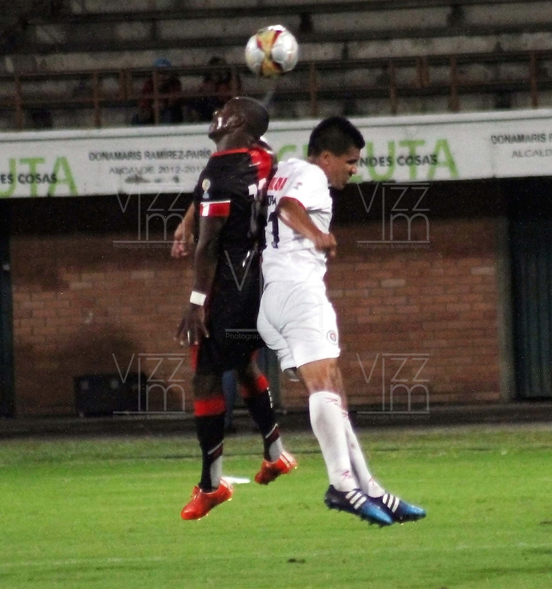 CUCUTA - COLOMBIA - 16-08-2015. Cristian Dajome jugador  del Cucuta Deportivo  disputa el balon  contra  Jaime Cordoba del  Cortulua  durante partido  por la fecha 6 de la Liga Aguila II 2015 jugado en el estadio General Santander / . Cristian Dajome  player of Cucuta Deportivo   fights the ball against   Jaime Cordoba of Coirtulua  during a match for the six  date of the Liga Aguila II 2015 played a General Santander Atanasio Girardot stadium in Cucuta city. Photo: VizzorImage / Manuel Hernandez  / Contribuidor