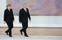 Berlin, Bundeskanzlerin Angela Merkel (CDU) und Bundespr&auml;sident Joachim Gauck am Dienstag (17.12.13) im Schloss Bellevue bei der &Uuml;bergabe der Ernennungsurkunde an die Bundeskanzlerin.<br /> Foto: Steffi Loos/CommonLens