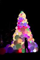 NOVA YORK, EUA, 22.12.2018 - NATAL-EUA - Árvore de Natal com bolas iluminadas e vista na Ilha de Manhattan em Nova York nos Estados Unidos neste sábado, 22. (Foto: Vanessa Carvalho/Brazil Photo Press)