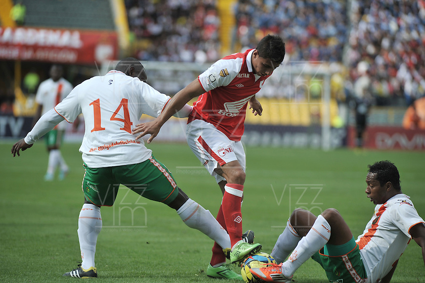 BOGOTA - COLOMBIA-27-04-2013: Juan Roa (Cent.) jugador del Independiente Santa Fe disputa el balón con Fredy Hurtado (Der.) y Jhonny Moaquera (Izq.) de Envigado F.C., durante partido en el estadio Nemesio Camacho El Campin de la ciudad de Bogota, abril 27 de 2013. Independiente Santa Fe y Envigado F.C. durante partido por la decimotercera fecha de la Liga Postobon I. (Foto: VizzorImage / Luis Ramirez / Staff).  Juan Roa (C) player of Independiente Santa Fe fights for the ball with Fredy Hurtado (R) and Jhonny Mosquera (L) of Envigado F.C. during game in the Nemesio Camacho El Campin stadium in Bogota City, April 27, 2013. Independiente Santa Fe and Envigado F.C. in a match for the thirteenth round of the Postobon League I. (Photo: VizzorImage / Luis Ramirez / Staff).
