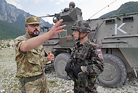 - MLF, European Multinational Land Force, Italian, Slovenian and Hungarian Combat Group; officer of Mountain brigade Julia with an officer of the Slovenian army  ....- MLF, Forza Europea Multinazionale di Terra, Gruppo da Combattimento Italo Sloveno Ungherese; ufficiale della Brigata Alpina Julia con un ufficiale dell'esercito sloveno