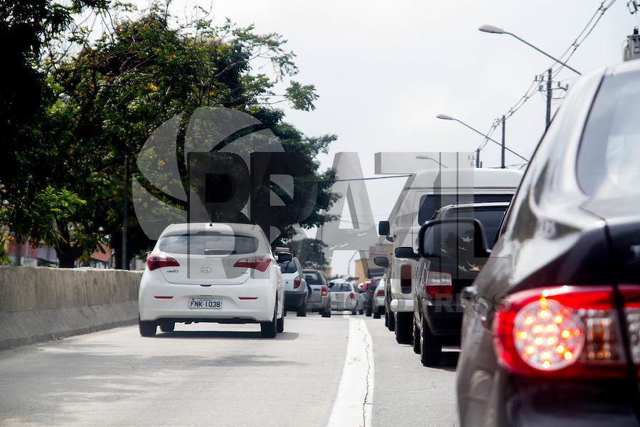 SAO PAULO, SP, 29.08.2014 - TRANSITO - SAO PAULO -Motoristas trafegam pelo corredor exclusivo de ônibus na Avenida Jão Dias nesta manhã de sexta-feira (29), região Sul de São Paulo. (Foto: Fabricio Bomjardim / Brazil Photo Press),