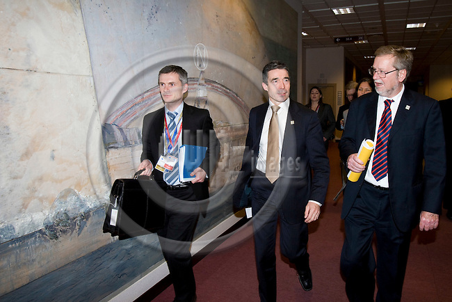 BRUSSELS - BELGIUM - 14 DECEMBER 2007 -- EU SUMMIT -- Unknown Civil Servant, Anders Fogh RASMUSSEN (Ri), Danish Prime Minister, and Per Stig MØLLER (Le), Minister for Foreign Affairs, walking to the national press briefing after the EU-Summit. ---DENMARK OUT---Photo: Erik Luntang/EUP-IMAGES