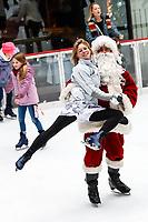 NOVA YORK, EUA, 14.12.2018 - NATAL-EUA - Papai Noel é visto na pista de patinação do Rockefeller Center em Manhattan na cidade de Nova York nos Estados Unidos nesta sexta-feira, 14. (Foto: William Volcov/Brazil Photo Press)