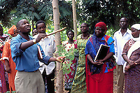 Extension agent introduces to the population a tree of Moringa oleifera to promote its plantation
