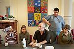 10 heures, Le SAJA acceuille une vingtaine de personnes. La journée commence autour d'un café avec les éducateurs. Au centre, jean-Marie Grimard le directeur de la structure  fondé il y 20 ans.
