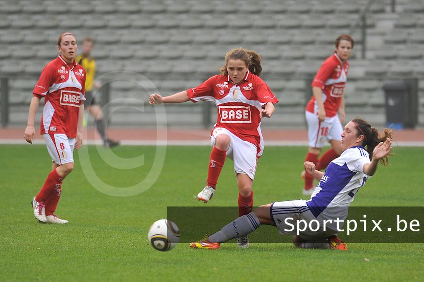 RSC Anderlecht Dames - Standard Femina de Liege : .Laurence Marchal met de tackle voor Davina Philtjens.foto JOKE VUYLSTEKE / Vrouwenteam.be