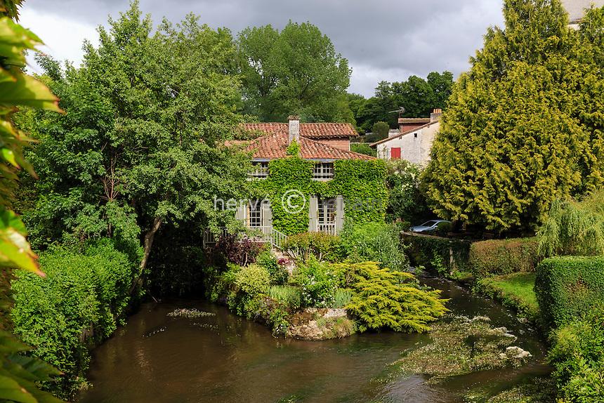 France, Dordogne (24), Bourdeilles, le moulin de Bourdeilles sur la Dronne  // France, Dordogne, Bourdeilles, the Bourdeille Mill and the Dronne river