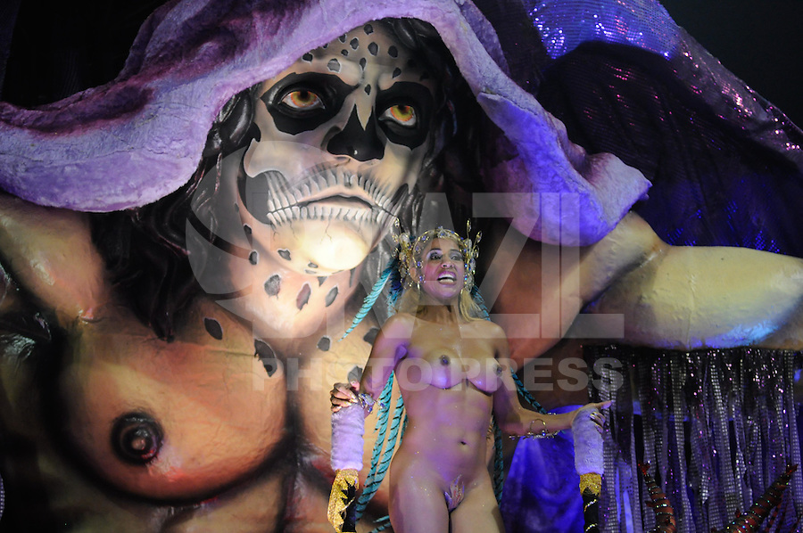 SAO PAULO, SP, 19 DE FEVEREIRO 2012 - CARNAVAL SP - UNIDOS DO PERUCHE - Desfile da escola de samba Unidos do Peruche na terceira noite do Carnaval 2012 de São Paulo, no Sambódromo do Anhembi, na zona norte da cidade, neste domingo.(FOTO: LEVI BIANCO  - BRAZIL PHOTO PRESS).
