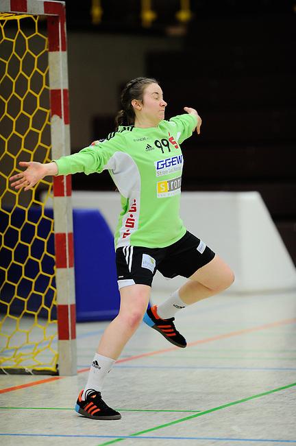 BENSHEIM, DEUTSCHLAND - MAERZ 15: 2. Spieltag in der Abstiegsrunde der Handball Bundesliga Frauen (HBF) in der Saison 2013/2014 zwischen dem Tabellenletzten HSG Bensheim/Auerbach (rot) und dem Tabellenersten der Abstiegsrunde, der HSG Blomberg-Lippe (blau) am 15. Maerz 2014 in der Weststadthalle Bensheim, Deutschland. Endstand 29:32. (16:15)<br /> (Photo by Dirk Markgraf/www.265-images.com) *** Local caption *** #99 Melanie Veith von der HSG Bensheim/Auerbach