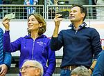 ROTTERDAM  - NK Zaalhockey  finale . HDM-Schaerweijde . Schaerweijde  Nederlands Kampioen -16. Stephan Veen met zijn  echtgenote Suzan Veen-van der Wielen , kijkend naar zoon Lucas tijdens de prijsuitreiking. .    COPYRIGHT KOEN SUYK