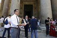 Roma, 9 Maggio 2014<br /> Pantheon, Piazza della Rotonda.<br /> Fratelli d'Italia-Alleanza Nazionale ha organizzato un sit-in in occasione della Festa dell'Europa per ribadire il proprio scetticismo verso questa Unione europea più vicina alle banche e al rigore di Bruxelles che ai reali interessi dei cittadini italiani.<br /> Coniata la moneta NO MERKEL<br /> In Europa l'Italia soprattutto.<br /> L'eurodeputato e candidato Marco Scurria distribuisce ai turisti i nomerkel.