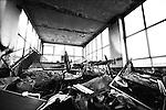 """Napoli, Scampia. Mobilia di appartamenti abbandonati ammucchiati nell'ultimo piano delle """"Vele""""."""