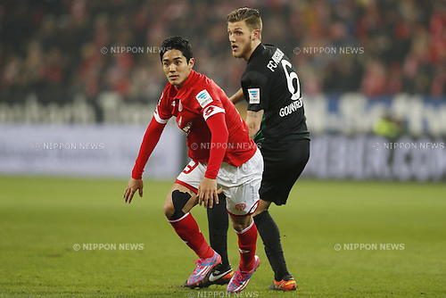 "(L-R) Yoshinori Muto (Mainz), Jeffrey Gouweleeuw (Augsburg), FEBRUARY 11, 2017 - Football / Soccer : German ""Bundesliga"" match between 1 FSV Mainz 05 2-0 FC Augsburg at the Opel Arena in Mainz, Germany. (Photo by Mutsu Kawamori/AFLO) [3604]"