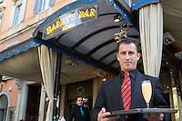 Un cameriere mostra un flute contenente il cocktail Bellini all'esterno dell'Harry's Bar in Via Veneto a Roma.<br /> A waiter holds a glass of Bellini cocktail at Harry's bar in Via Veneto, Rome, Italy.<br /> UPDATE IMAGES PRESS/Riccardo De Luca