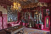 Europe/Royaume-Uni/Îles Anglo-Normandes/Île de Guernesey/Saint-Pierre-Port: Hauteville House, Maison de Victor Hugo, et Musée Victor Hugo<br /> Le Salon rouge