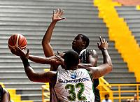 BOGOTA – COLOMBIA - 21 – 05 - 2017: Taitus Mins (Der.) jugador de Piratas de Bogota, disputa el balón con Trevons Williams (Izq.) jugador de Cimarrones de Choco, durante partido entre Piratas de Bogota y Cimarrones de Choco por la fecha 2 de Liga  Profesional de Baloncesto Colombiano 2017 en partido jugado en el Coliseo El Salitre de la ciudad de Bogota. / Taitus Mins (R) player of Piratas of Bogota, fights for the ball with Trevons Williams (L) player of Cimarrones of Choco, during a match between Piratas of Bogota and Cimarrones of Choco, of the  date 2 for La Liga  Profesional de Baloncesto Colombiano 2017, game at the El Salitre Coliseum in Bogota City. Photo: VizzorImage / Luis Ramirez / Staff.