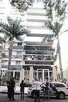 SAO PAULO SP, 06 MARCO 2013 - MORTE CANTOR CHORAO - Policiais entra no predio do Chorao, O vocalista e letrista do Charlie Brown Jr onde foi encotrado morto essa manha no bairro de Pinheiros. (FOTO: ADRIANO LIMA / BRAZIL PHOTO PRESS).