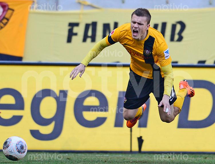 Fussball, 2. Bundesliga, Saison 2013/14, 22. Spieltag, SG Dynamo Dresden - FC St. Pauli, Sonntag (23.02.14), Dresden, Gluecksgas Stadion. Dresdens Zlatko Dedic wird gefoult.