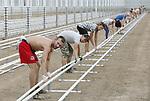 Foto: VidiPhoto<br /> <br /> BEMMEL &ndash; Achttien Poolse mannen en vrouwen zijn er maandag voor nodig om 120 km aan verwarmingsbuizen in de gloednieuwe en ultra duurzame aardbeienkas van RoyalBerry bij Bemmel te plaatsen. De buizen hebben een lengte van 150 meter en moeten straks de 6 ha. grote kas verwarmen. De kas in aanbouw is de meest duurzame in het tuinbouwgebied Bergerden, dat in de toekomst verder gaat als NextGarden. Door het glastuinbouwgebied te herpositioneren en meer in te zetten op duurzame producten, hopen gemeente Lingewaard en provincie Gelderland het gebied aantrekkelijker te maken voor nieuwe ondernemers. RoyalBerry loopt daarop vooruit met een aardbeienkas die 60 procent minder energie verbruikt. Zo zorgt anti-spiegelcoating op het glas voor meer licht (en dus warmte), komen er energieschermen die 87 procent meer licht doorlaten en zitten er in de gevels lichtdoorlatende energieplaten.
