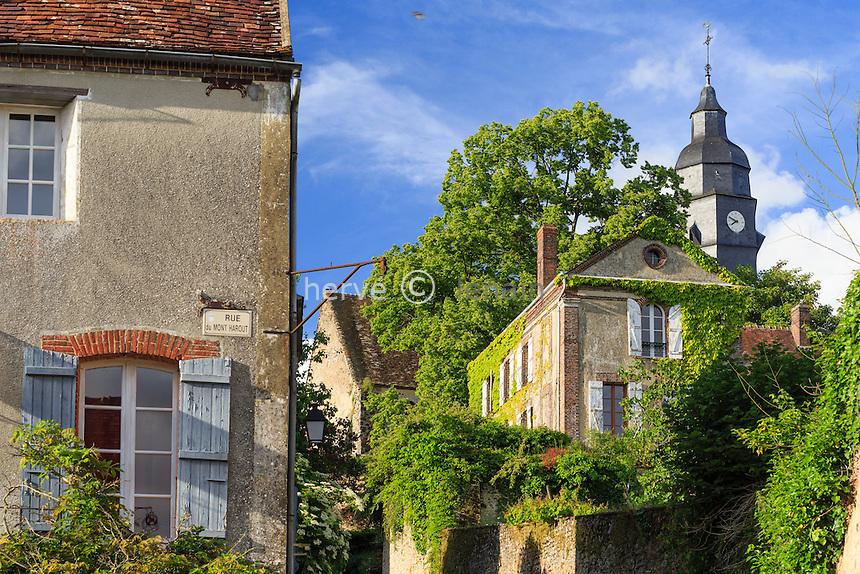 France, Orne (61), Moutiers-au-Perche, rue en pente vers l'église et le mont Harou // France, Orne, Moutiers au Perche, steep street to the church and Mount Harou