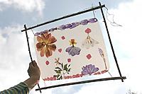 Fensterbild mit Blumen basteln