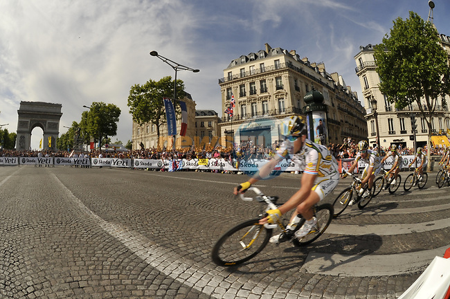 The Columbia High Road train rounds the hairpin bend beneath the Arc de Triomphe at the end of the Champs Elysee during the final Stage 21 of the 2009 Tour de France running 164km from Montereau-Fault-Yonne to Paris Champs-Elysees, France. 26th July 2009 (Photo by Eoin Clarke/NEWSFILE)
