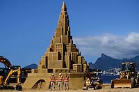 NITEROI, RJ, 11.11.2014 - CASTELO AREIA - NITEROI -  Um castelo de areia gigante de aproximadamente 12 metros de altura, está sendo esculpido no caminho Oscar Niemeyer, espaço público no centro de Niterói(RJ). O projeto é idealizado pelo americano Rusty Croft, reconhecido escultor de areia que coleciona inúmeros prêmios mundiais. (Foto: Jorge Hely / Brazil Photo Press).