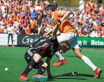 BLOEMENDAAL   - Hockey -  2e wedstrijd halve finale Play Offs heren. Bloemendaal-Amsterdam (2-2) . A'dam wint shoot outs. Xavi Lleonart Blanco (Bldaal) passeert Nicki Leijs (A'dam)  COPYRIGHT KOEN SUYK