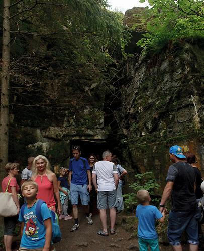 Touristen vor dem Bunker. / Wolfsschanze, Wolf's Lair