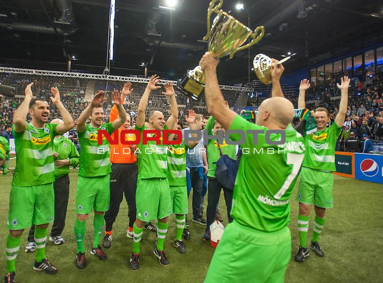 06.01.2017, EWE Arena, Oldenburg, GER, Hallenfussballturnier &quot;Cup der Oeffentlichen Versicherungen Oldenburg&quot;,  Finale, SV Werder Bremen vs Borussia M`gladbach, im Bild<br /> da ist dasDING<br /> Kapit&auml;n Peter WYNHOFF<br /> (Borussia M`gladbach # 7)<br /> <br /> Foto &copy; nordphoto / Rojahn