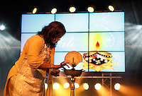 Nederland  Amstelveen 2016. Diwali ( Divali ) Festival. Hindoes vieren Divali met veel zang en dans in het stadshart van Amstelveen. Vrouw zet schaal klaar waarin later vlammetjes worden ontstoken. Op het schaaltje op het scherm staat een swastika teken, een eeuwenoud religieus symbool.  Foto Berlinda van Dam / Hollandse Hoogte