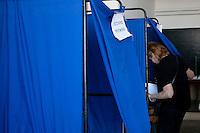 Atene,17 giugno 2012 elezioni politiche nazionali: una donna entra nella cabina elettorale per votare.<br /> Athens, June 17, 2012 national elections, voting<br /> Ath&egrave;nes, Juin 17, 2012 &eacute;lections nationales, les bureaux de vote
