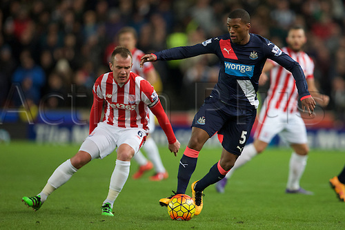 02.03.2016. The Britannia Stadium, Stoke, England. Barclays Premier League. Stoke City versus Newcastle United. Newcastle United midfielder Georginio Wijnaldum and Stoke City midfielder Glenn Whelan.
