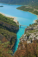 France, Var (83) et Alpes-de-Haute-Provence (04), Parc Naturel Regional du Verdon, Gorges du Verdon, le lac de Sainte-Croix, l'entrée des Gorges du Verdon et le pont de Galetas vus depuis le belvédère de Galetas // France, Alpes de Haute Provence, Parc Naturel Regional du Verdon (Natural Regional Park of Verdon), view on the entry of the Gorges of the Verdon river and the lake St Croix from the Galetas panoramic viewpoint