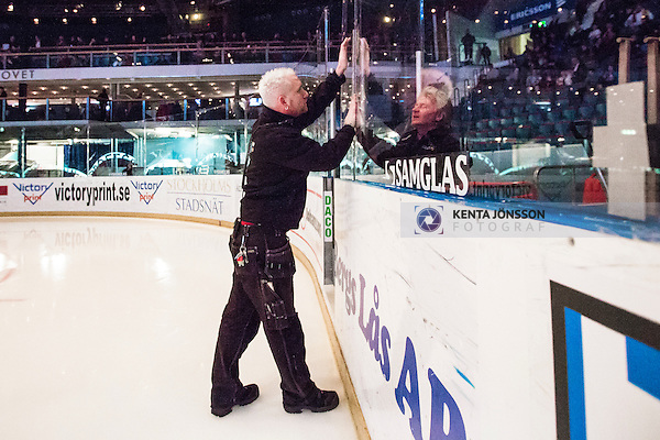 Stockholm 2014-01-29 Ishockey Hockeyallsvenskan Djurg&aring;rdens IF - Malm&ouml; Redhawks :  <br /> Personal p&aring; Hovet s&auml;tter fast en skiva plexiglas under en periodpaus<br /> (Foto: Kenta J&ouml;nsson) Nyckelord: