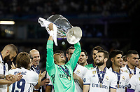 Calcio, Champions League: finale Juventus vs Real Madrid. Cardiff, Millennium Stadium, 3 giugno 2017.<br /> Real Madrid's goalkeeper Keylor Navas holds up the trophy at the end of the Champions League final match between Juventus and Real Madrid at Cardiff's Millennium Stadium, Wales, June 3, 2017. Real Madrid won 4-1.<br /> UPDATE IMAGES PRESS/Isabella Bonotto