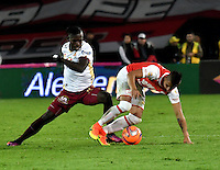 BOGOTA - COLOMBIA - 18-12-2016: Juan Roa (R) player of Independiente Santa Fe struggles for the ball with Deiner Quiñones (L) player of Deportes Tolima, during a match for the second leg between Independiente Santa Fe and Deportes Tolima, for the final of the Liga Aguila II -2016 at the Nemesio Camacho El Campin Stadium in Bogota city, Photo: VizzorImage / Luis Ramirez / Staff.