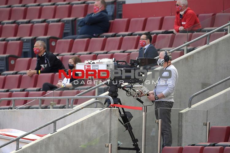 nph00351: Anwesende Journalisten,Kameramann mit Mundschutz,Masken auf der Pressetribuene.<br /> Sport: Fussball: 1. Bundesliga: Saison 19/20: 26.Spieltag: 1.FC KOELN-FSV MAINZ 05,17.05.2020.<br /> Foto: Anke Waelischmiller/SVEN SIMON/POOL / via Meuter/nordphoto<br /> <br /> Nur für journalistische Zwecke! Only for editorial use!<br /> Gemäß den Vorgaben der DFL Deutsche Fußball Liga ist es untersagt, in dem Stadion und/oder vom Spiel angefertigte Fotoaufnahmen in Form von Sequenzbildern und/oder videoähnlichen Fotostrecken zu verwerten bzw. verwerten zu lassen. DFL regulations prohibit any use of photographs as image sequences and/or quasi-video.