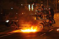 RIO DE JANEIRO,RJ,22.07.2013: Manifestantes entraram em confrontro com policiais do Batalhão de Choque após visita do Papa no Palácio Guanabara. Um fotógrafo foi atingido na cabeça por policiais na rua Pinheiro Machado. SANDROVOX/BRAZILPHOTOPRESS
