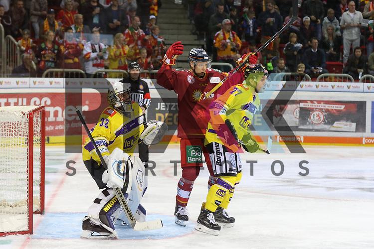 Duesseldorfs Philip Gogulla (Nr.87)  hilf- und ratlos vor dem Tor von Krefelds Goalie DimitriPaetzold (Nr.32)  beim Spiel in der DEL, Duesseldorfer EG (rot) - Krefeld Pinguine (gelb).<br /> <br /> Foto © PIX-Sportfotos *** Foto ist honorarpflichtig! *** Auf Anfrage in hoeherer Qualitaet/Aufloesung. Belegexemplar erbeten. Veroeffentlichung ausschliesslich fuer journalistisch-publizistische Zwecke. For editorial use only.