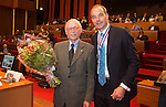 UTRECHT _ Algemene Ledenvergadering Utrecht, van de KNHB.  KNHB voorzitter Cornelissen met Jep Karres, die een onderscheiding krijgt. .  Karres is benoemd tot Lid van Verdienste.  COPYRIGHT KOEN SUYK
