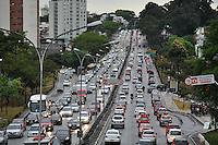 ATENÇÃO EDITOR: FOTO EMBARGADA PARA VEÍCULOS INTERNACIONAIS - SAO PAULO, SP, 21 SETEMBRO DE 2012 – TRANSITO SP – Trânsito congestionado na Av. Rubem Berta sentido Interlagos, na tarde desta sexta feira (21) na zona sul de São Paulo. (FOTO: LEVI BIANCO / BRAZIL PHOTO PRESS).