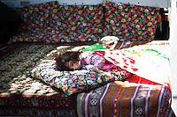 Berlin, Zweijährige Lia schläft am Sonntag (19.05.13) in Berlin vor dem traditionellen Strassenumzuges des Karnevals der Kulturen. Der Umzug bildet den Hoehepunkt eines viertaegigen Strassenfestes. Foto: Maja Hitij/CommonLens