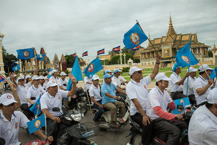 CPP (Cambodia People's Party) supporters parade in front of the Royal Palace of Phnom Penh in the last day of campaign for the Cambodian Election 2013. © Thomas Cristofoletti / Ruom 2013