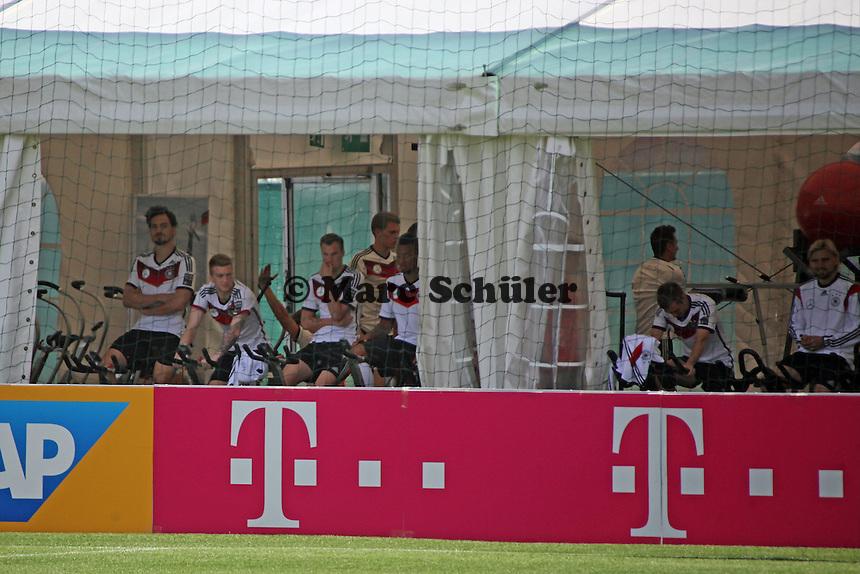SPieler im Fitnesszelt - Abschlusstraining der Deutschen Nationalmannschaft gegen die U20 im Rahmen der WM-Vorbereitung in St. Martin