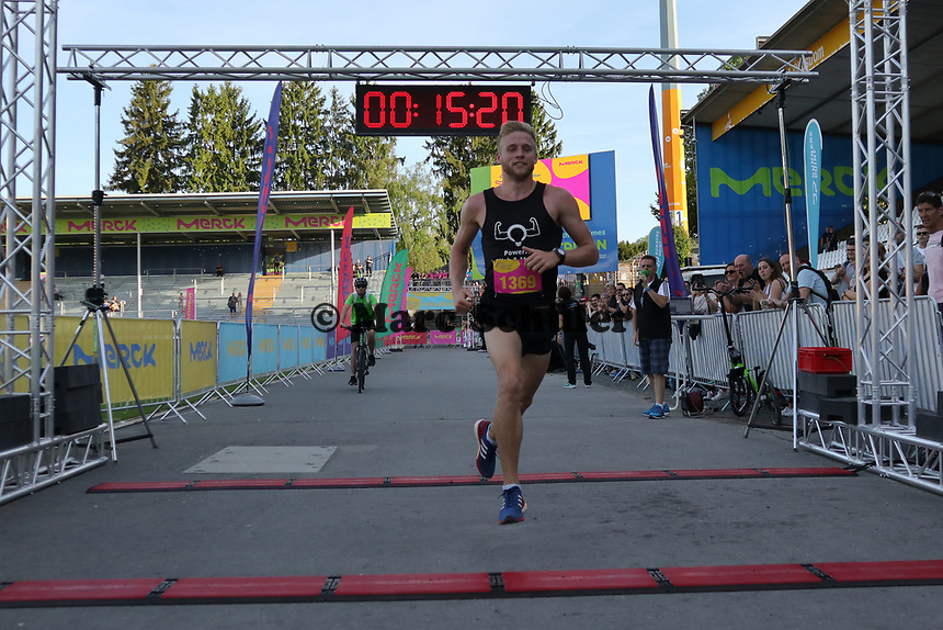 Sieger Nico Sonnenberg beim Zieleinlauf - 17.05.2017: 6. Merck Firmenlauf in Darmstadt
