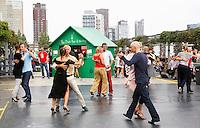 Nederland Rotterdam 2016 . Rotterdamse Dakendagen. Mensen kunnen verschillende daken bezoeken. Tango dansen op het dak van parking Westblaak. Foto Berlinda van Dam / Hollandse Hoogte