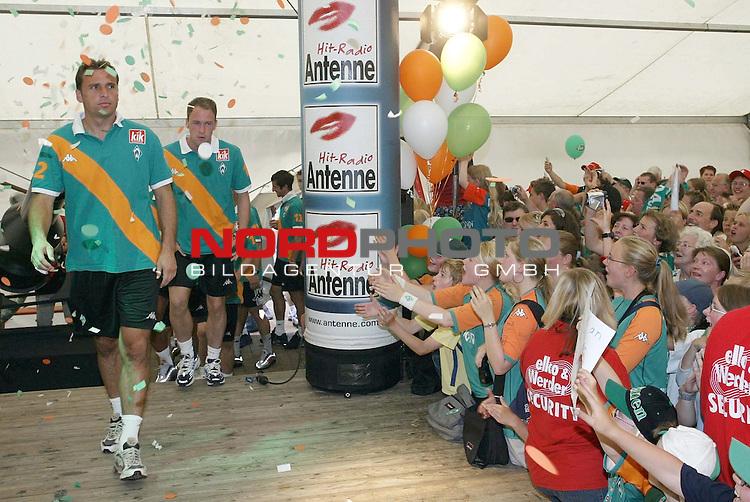 BL 2004/2005 - Tag der Fans bei Werder Bremen<br /> <br /> Angefuehrt von Andreas Reinke betrat die Mannschaft von Werder Bremen das Festzelt beim Tag der Fans. Die Mannschaft des Deutschen Meisters wurde von ihren Fans jubelnd empfangen.<br /> <br /> <br /> <br /> Foto &not;&copy; nordphoto - Ruediger Lampe<br /> <br /> <br /> <br />  *** Local Caption *** Foto ist honorarpflichtig! zzgl. gesetzl. MwSt.<br /> <br /> Belegexemplar erforderlich<br /> <br /> Adresse: nordphoto<br /> <br /> Georg-Reinke-Strasse 1<br /> <br /> 49377 Vechta