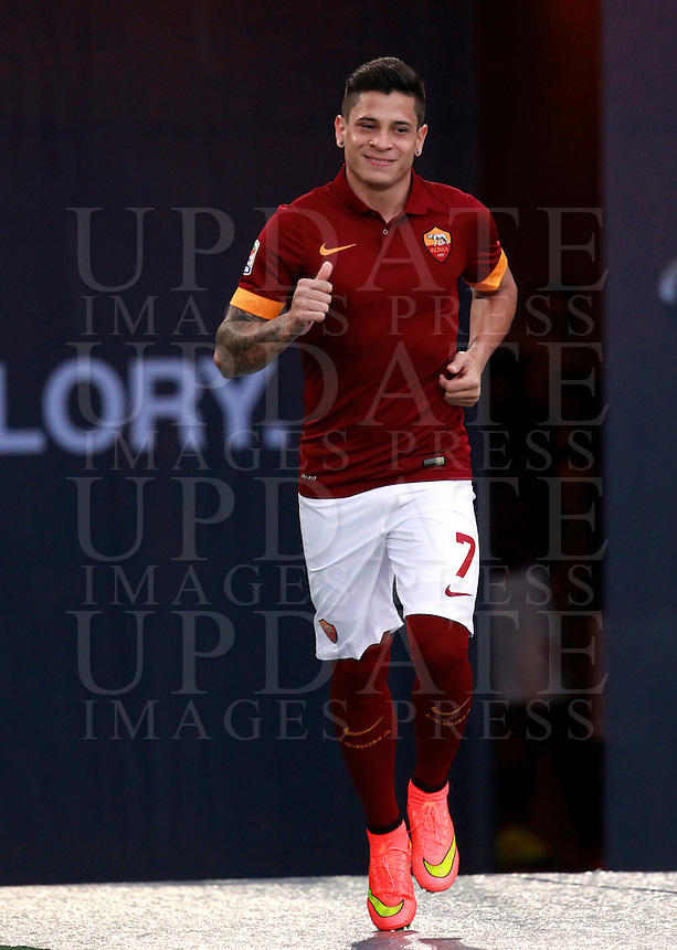 Calcio, amichevole Roma vs Fenerbahce. Roma, stadio Olimpico, 19 agosto 2014.<br /> Roma forward Juan Iturbe, of Argentina, arrives for the team's presentation, prior to the friendly match between AS Roma and Fenerbahce at Rome's Olympic stadium, 19 August 2014.<br /> UPDATE IMAGES PRESS/Isabella Bonotto